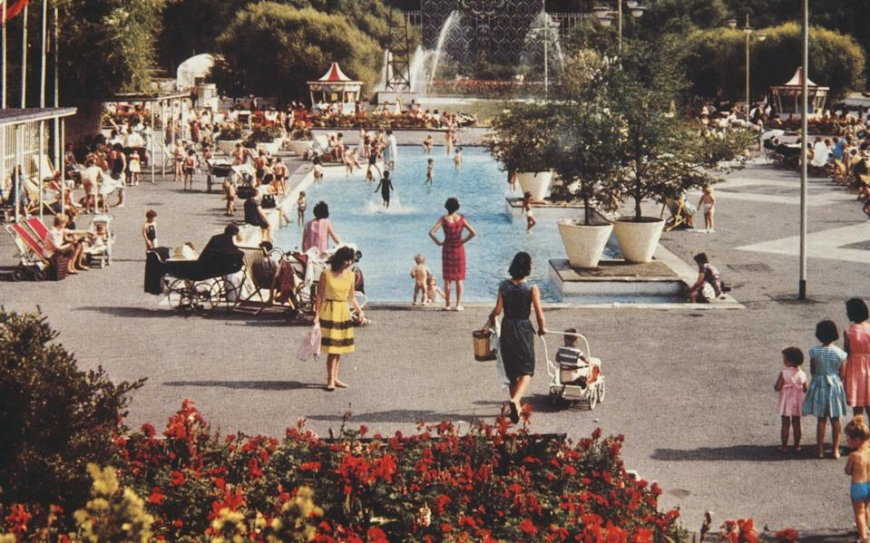 Families enjoying Battersea Park Lido, London, circa 1960. (Photo by Archive Photos/Getty Images) - Getty