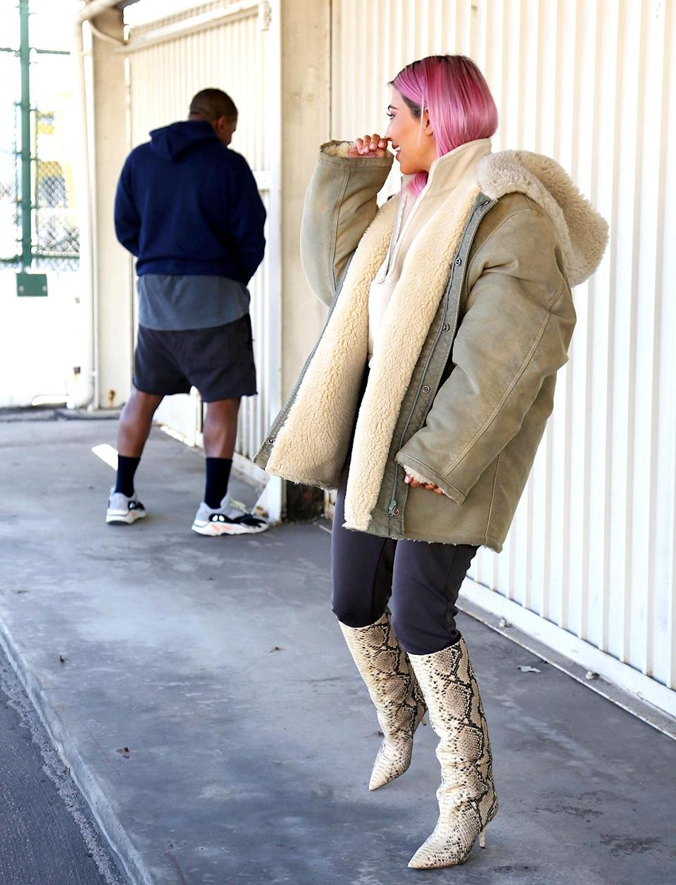 Kim Kardashian, with her new pink locks, cracks up as Kanye West pretends to urinate in front of a photographer in L.A. (Photo:<span> Splash News)</span>