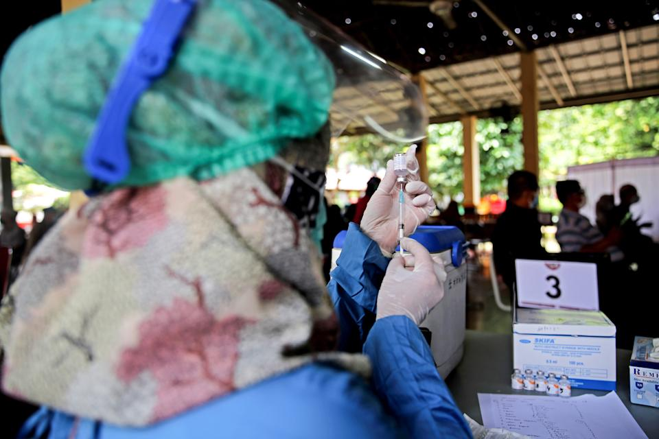 A healthcare worker prepares a shot of Sinovac's COVID-19 vaccine. Mass vaccination for elderly at a school amid the coronavirus disease (COVID-19) in Jakarta, Indonesia. (Photo: Aslam Iqbal/SOPA Images/LightRocket via Getty Images)