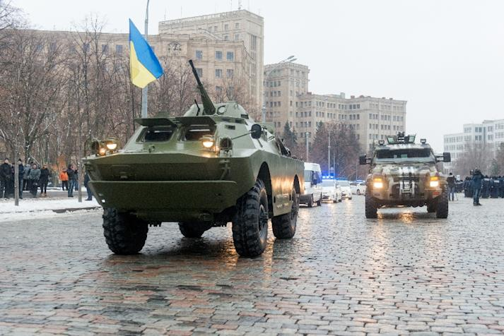 Armored personnel carriers patrol in the northeastern Ukrainian city of Kharkiv on January 22, 2015 (AFP Photo/Sergey Bobok)