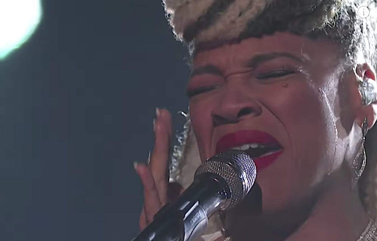 SandyRedd breaks down while honoring her late mother on 'The Voice.' (Photo: NBC)