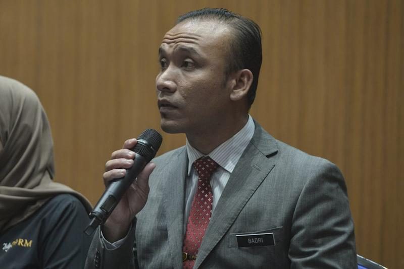 MACC Forensic Department Audio Visual chief Badri Azni speaks during the press conference in Putrajaya, October 18, 2019. ― Picture by Shafwan Zaidon