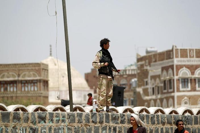 A Shiite Huthi rebel stands guard in the old city of the Yemeni capital Sanaa on April 6, 2015 (AFP Photo/Mohammed Huwais)