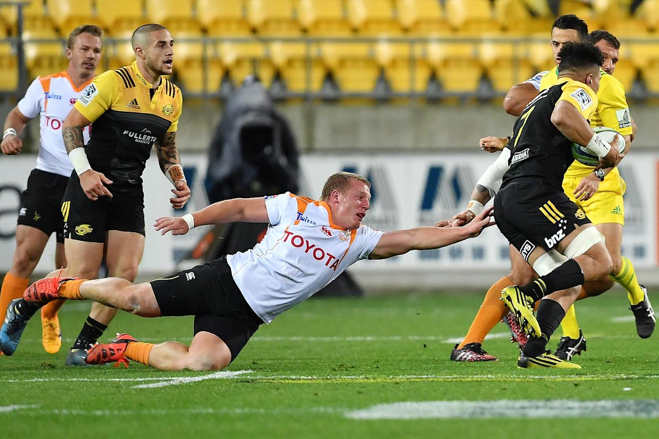 Cheetahs' Elandre Huggett (front L) misses a tackle on Hurricanes' Ardie Savea during the Super Rugby match between New Zealand's Hurricanes and South Africa's Cheetahs at Westpac Stadium in Wellington on May 20, 2017. (AFP Photo/Mark Tantrum)