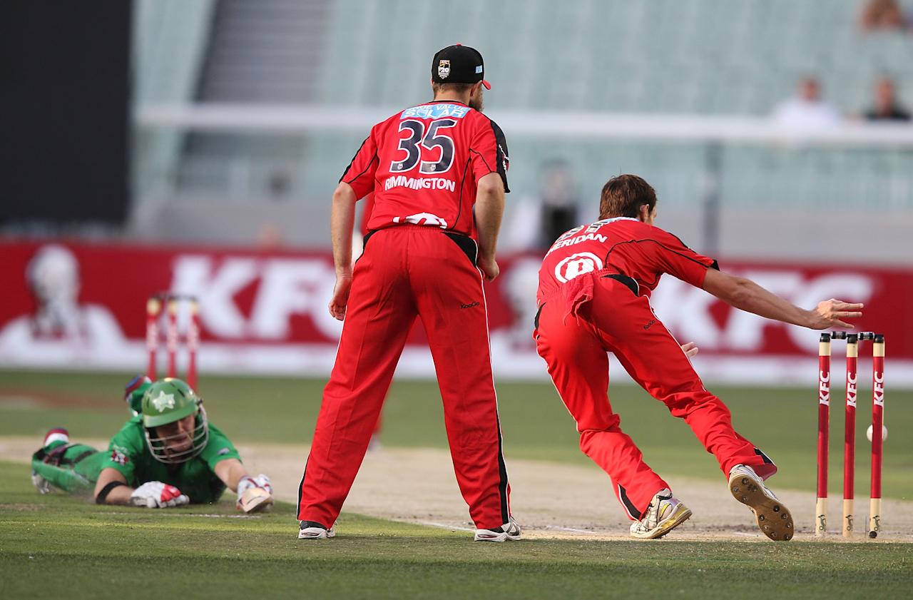 MELBOURNE, AUSTRALIA - JANUARY 06:  Will Sheridan of the Melbourne Renegades misses a chance to run out Luke Wright of the Melbourne Stars during the Big Bash League match between the Melbourne Stars and the Melbourne Renegades at Melbourne Cricket Ground on January 6, 2013 in Melbourne, Australia.  (Photo by Michael Dodge/Getty Images)