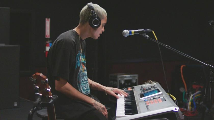 """Dominic Fike, At First -- FX TV Series, THE NEW YORK TIMES PRESENTS """"Dominic Fike, At First"""" Episode 2 (Airs Friday, August 7, 10:00 pm/ep) -- Pictured: Musician Dominic Fike rehearses for his upcoming tour in Los Angeles. CR: FX """"Dominic Fike, At First"""" on FX."""