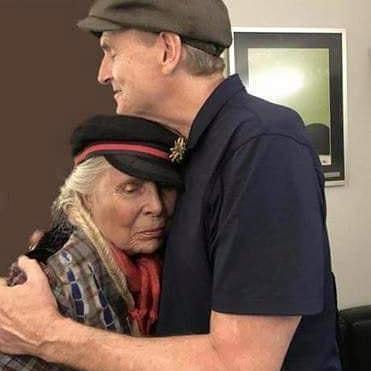 Joni Mitchell makes a rare public appearance at onetime flame James Taylor's concert