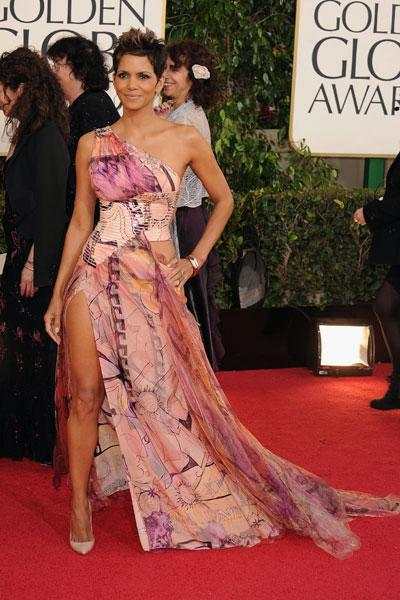 "Halle Berry: Baby daddy drama aside, Halle Berry looks sexy in a colourful gown. And look, she's even pulling the <a href=""http://i.huffpost.com/gen/513745/ANGELINA-JOLIE-OSCARS-LEG.jpg"">Angelina Jolie leg</a>! (Photo by Steve Granitz/WireImage)"