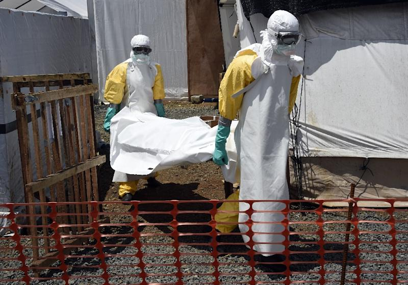 Medical staff carry the body of an Ebola victim in Monrovia on September 27, 2014 (AFP Photo/Pascal Guyot)