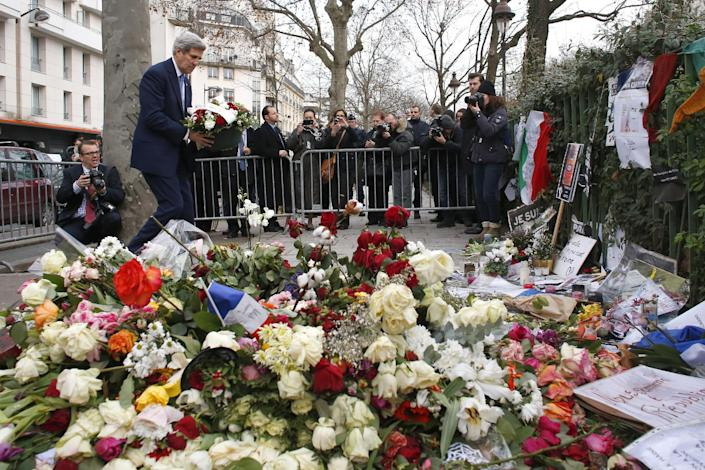 US Secretary of State John Kerry pays tribute to the police officer killed in the attack of the satirical newspaper Charlie Hebdo, on January 16, 2015 next to the weekly newspaper's office in Paris (AFP Photo/Thomas Samson)
