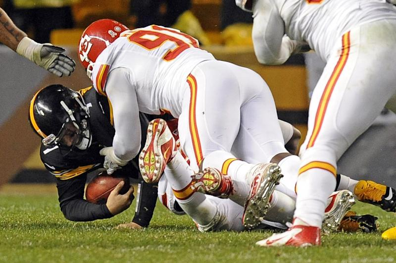 Pittsburgh Steelers quarterback Ben Roethlisberger (7) is sacked by Kansas City Chiefs outside linebacker Tamba Hali (91) in the third quarter of an NFL football game, Monday, Nov. 12, 2012, in Pittsburgh. Roethlisberger left the game with a right shoulder injury. (AP Photo/Don Wright)
