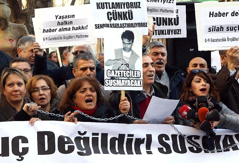 Turkish journalists shout slogans in support of jailed colleagues Can Dundar and Erdem Gul during a rally in Ankara, on January 10, 2016 (AFP Photo/Adem Altan)