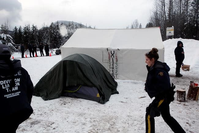 Police and Indigenous blockades going up, work to begin again on B.C. pipeline