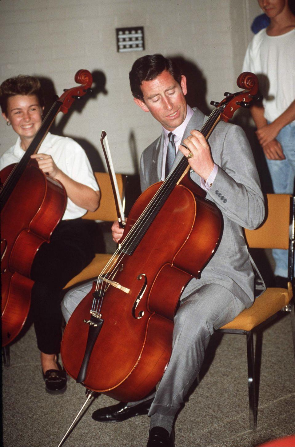 Der Prinz von Wales versuchte sich im Victorian College of Arts in Melbourne am Cello. Foto: Getty Images.