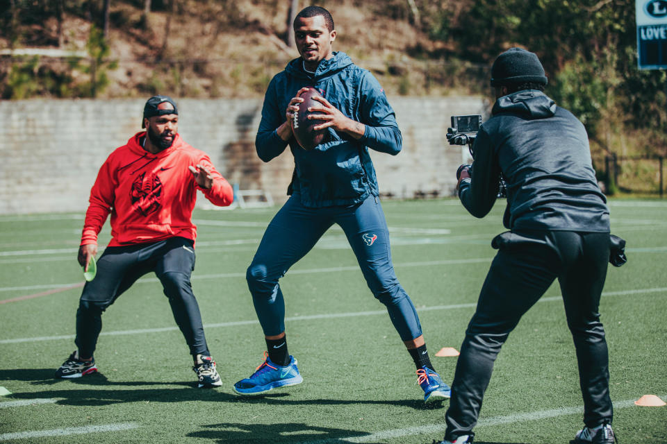 NFL quarterback tutor Quincy Avery works out Houston Texans QB Deshaun Watson. (Photo by Christopher House/courtesy Quincy Avery)