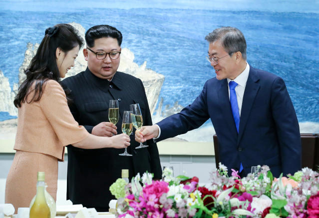 <p>South Korean President Moon Jae-in, right, toasts with Ri Sol Ju, wife of North Korean leader Kim Jong Un during a banquet at the border village of Panmunjom in the Demilitarized Zone, South Korea on April 27, 2018. (Photo: Korea Summit Press Pool via AP) </p>
