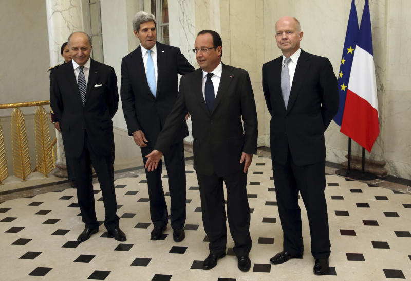 From left, French Foreign Minister Laurent Fabius, U.S. Secretary of State John Kerry, French President Francois Hollande and British Foreign Secretary William Hague, pose in the lobby of the Elysee Palace in Paris, prior to a meeting on Syria, Monday, Sept. 16, 2013. (AP Photo/Philippe Wojazer, Pool)