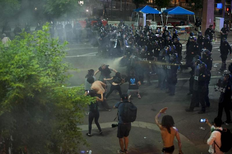 Pepper spray: Police douse protesters during the demonstration in Phoenix