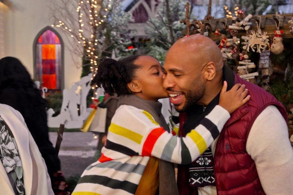 DOLLY PARTON'S CHRISTMAS ON THE SQUARE (L to R) SELAH KIMBRO JONES as VIOLET and MATTHEW JOHNSON as MACK in DOLLY PARTON'S CHRISTMAS ON THE SQUARE Cr. COURTESY OF NETFLIX © 2020