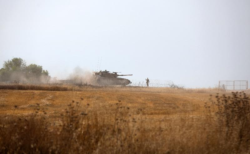 Israeli soldiers drive a tank during a training exercise near the Israel-Gaza border, June 7, 2015 (AFP Photo/Menahem Kahana)