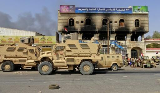 Yemeni pro-government forces gather on the eastern outskirts of Hodeida, as they continue to battle for control of the city from Huthi rebels on November 8, 2018