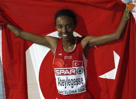 FILE PHOTO: Elvan Abeylegesse of Turkey celebrates after winning the women's 10,000 metres final at the European Athletics Championships in Barcelona July 28, 2010.        REUTERS/Gustau Nacarino