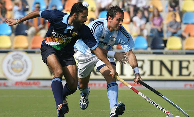 India's Rajpal Singh (L) challenges Argentina's Marco A. Riccardi during the Argentina vs India Field Hockey World Cup classification match 16 September 2006 in Moenchengladbach, western Germany. Argentina won 3 to 2. AFP PHOTO JOHN MACDOUGALL (Photo by JOHN MACDOUGALL / AFP)