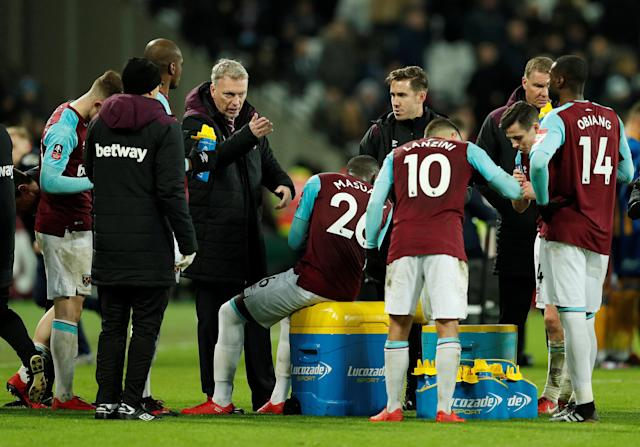 Soccer Football - FA Cup Third Round Replay - West Ham United vs Shrewsbury Town - London Stadium, London, Britain - January 16, 2018 West Ham United manager David Moyes speaks with players before extra time Action Images via Reuters/John Sibley