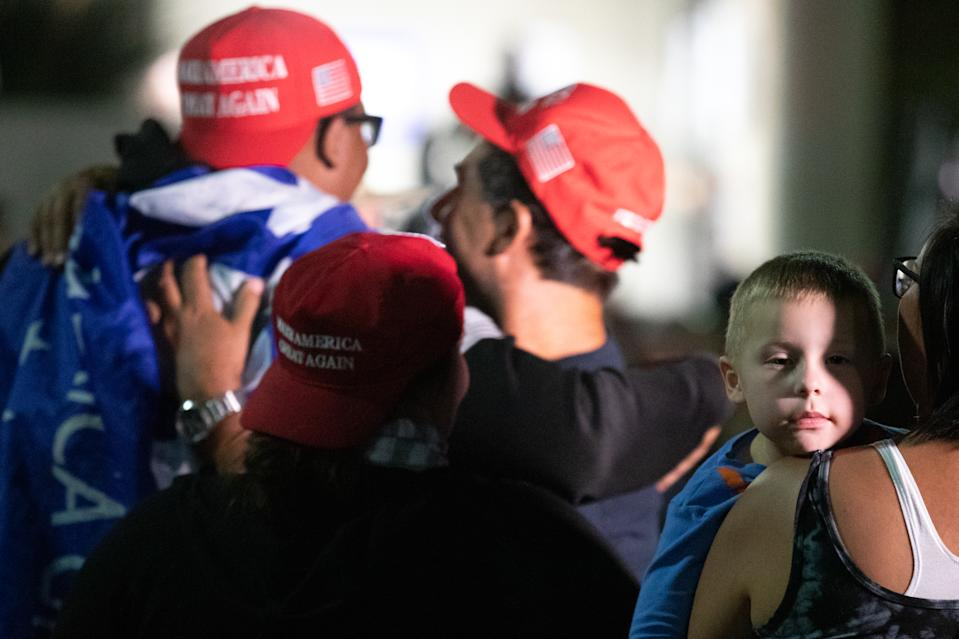 Un niño se duerme en brazos de su madre en mitad de la protesta a favor de Trump. (Photo by Courtney Pedroza/Getty Images)