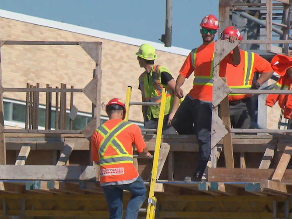 Construction workers stationed at sites near hospitals will need to be fully vaccinated by Oct. 15. (Radio-Canada - image credit)
