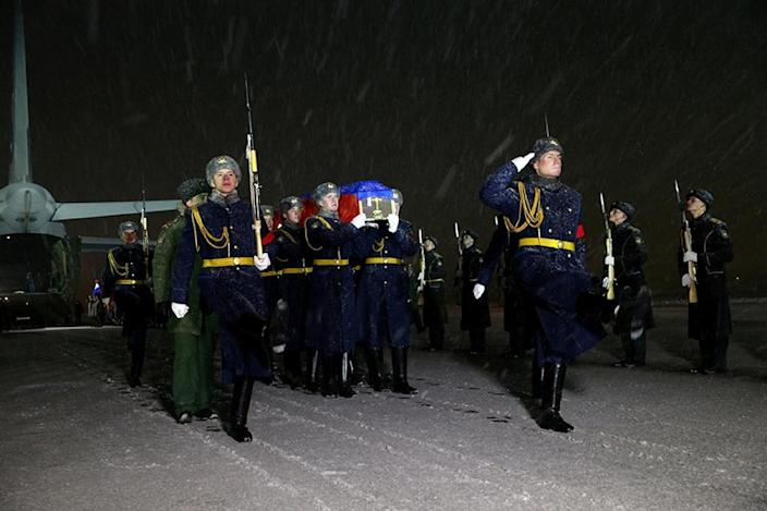 Russian honour guards carry the coffin of Lt Col Oleg Peshkov, whose plane was shot down by Turkish forces on the border with Syria, at Chkalovsky military airport near Moscow on November 30, 2015 (AFP Photo/Vadim Savitsky)