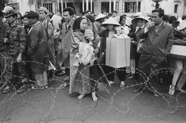 <p>Vietnamese refugees returning to the city ofHuế after the Battle of Huá, Vietnam War, February 1968. (Photo: Terry Fincher/Daily Express/Hulton Archive/Getty Images) </p>