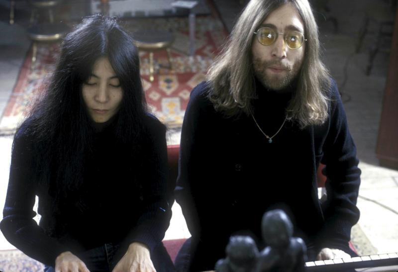 JOHN LENNON AND YOKO ONO 12/1969.Credit: 349888Globe Photos/MediaPunch /IPX