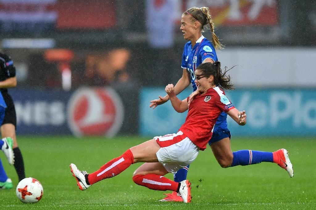 Austria's Sarah Zadrazil challenges Iceland's Dagny Brynjarsdottir (back) during their UEFA Women's Euro 2017 match, at the Sparta Stadium in Rotterdam, on July 26 (AFP Photo/DANIEL MIHAILESCU)