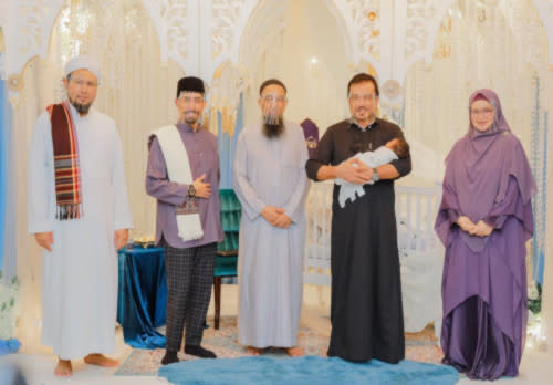 Celebrity preachers Don Daniyal and Azhar Idrus were seen at the tahnik ceremony