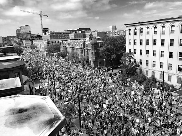 "<p>An estimated 15,000 people march in a counterprotest against a ""free speech"" rally staged by conservative activists Aug. 19 in Boston (Photo: Holly Bailey/Yahoo News) </p>"