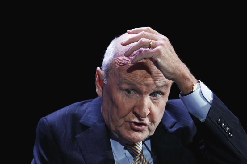 Former CEO of General Electric, Jack Welch, speaks during the World Business Forum in New York October 5, 2010. REUTERS/Lucas Jackson (UNITED STATES - Tags: BUSINESS)