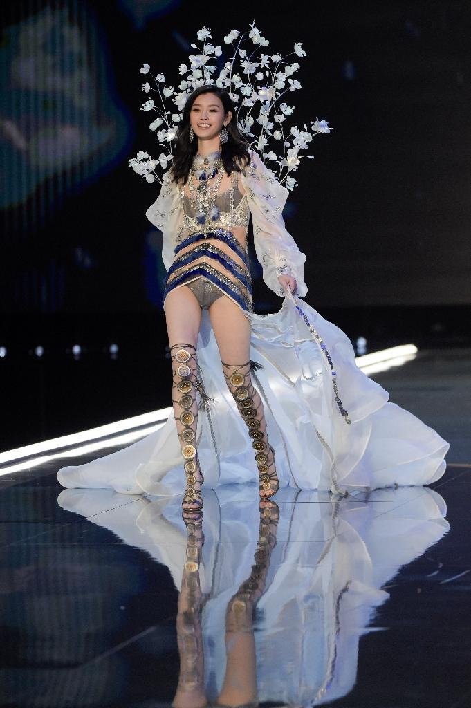 Chinese model Ming Xi fell over after stepping on the train of her flowing costume during the 2017 Victoria's Secret Fashion Show in Shanghai on November 20 (AFP Photo/FRED DUFOUR)