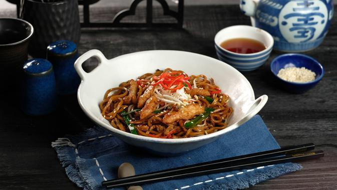 Chow Mein Noodles Chicken. (Wok Fried Noodles With Chicken And Chinese Vegetable).