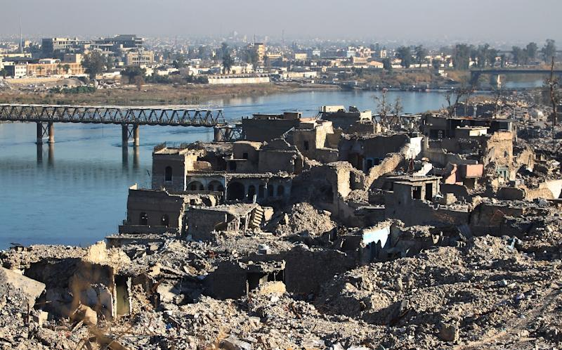 Destroyed buildings are seen next to the Tigris river in Mosul on January 9, 2018 (AFP Photo/AHMAD AL-RUBAYE)