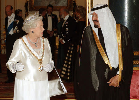 Saudi Arabia's King Abdullah and Britain's Queen Elizabeth arrive for a State Banquet at Buckingham Palace in London October 30, 2007. REUTERS/John Stillwell/Pool