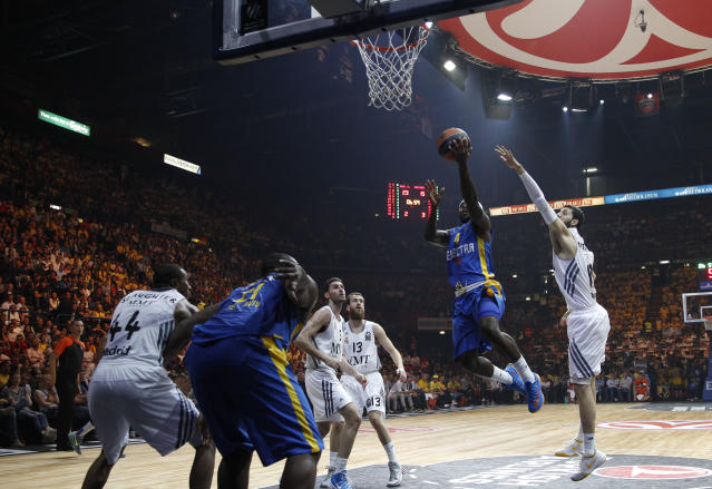 Maccabi Tel Aviv's Tyrese Rice, center, goes for the basket during the Euroleague Final Four final match between Real Madrid and Maccabi of Tel Aviv, in Milan, Italy, Sunday, May 18, 2014. (AP Photo/Luca Bruno)