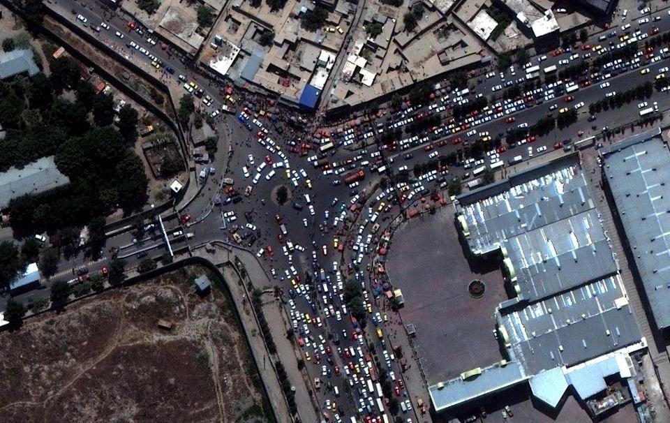 A satellite image shows crowds and traffic at the entrance of Kabul Airport in Kabul, Afghanistan, 23 August 2021 (EPA-EFE / SATELLITE IMAGE 2021 MAXAR TECHNOLOGIES)