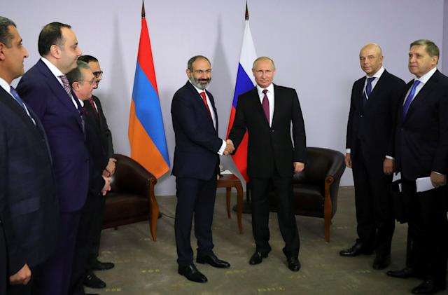 Russian President Vladimir Putin shakes hands with Armenian Prime Minister Nikol Pashinyan during their meeting in Sochi, Russia May 14, 2018. Sputnik/Mikhail Klimentyev/Kremlin via REUTERS ATTENTION EDITORS - THIS IMAGE WAS PROVIDED BY A THIRD PARTY.