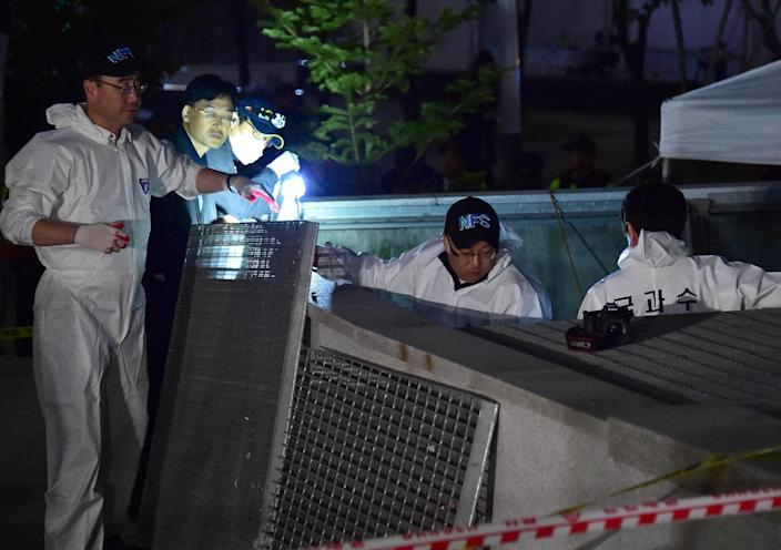 South Korean forensic officers work at the scene of the concert disaster in Seongnam on October 17, 2014 (AFP Photo/Jung Yeon-Je)