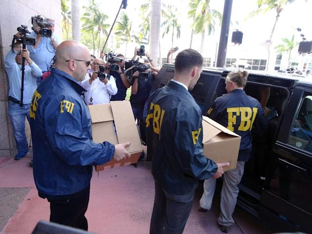 FBI agents remove documents from the headquarters of the CONCACAF soccer organization after a raid on May 27, 2015 in Miami Beach, Florida (AFP Photo/Diego Urdaneta)