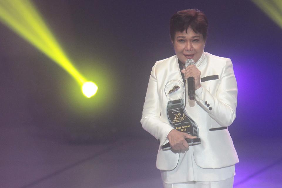 """Nora Aunor accepts her Best Actress award for """"Thy Womb"""""""