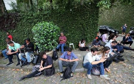 Journalists wait a meeting between economist Paulo Guedes and the Brazil's new president-elect, Jair Bolsonaro in Rio de Janeiro, Brazil October 30, 2018. Picture taken October 30, 2018.  REUTERS/Sergio Moraes