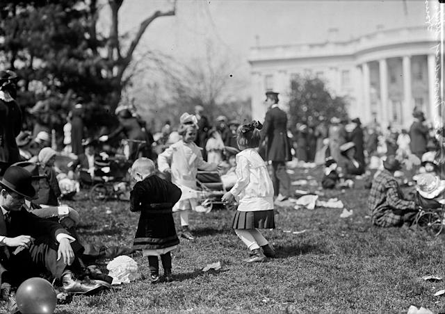 <p>Children play in front of the White House during the Easter Egg Rolling event in Washington, 1914. </p>