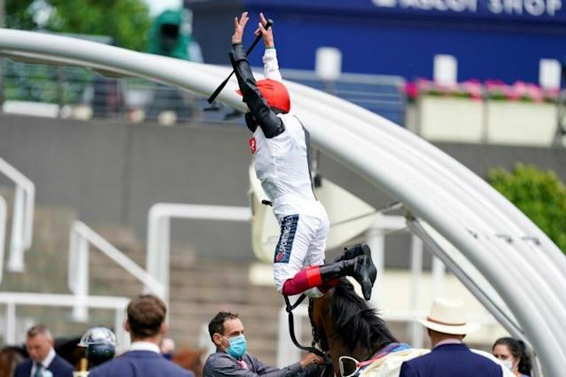 Frankie Dettori performs his trademark flying dismount from Frankly Darling (AFP Photo/Alan Crowhurst)